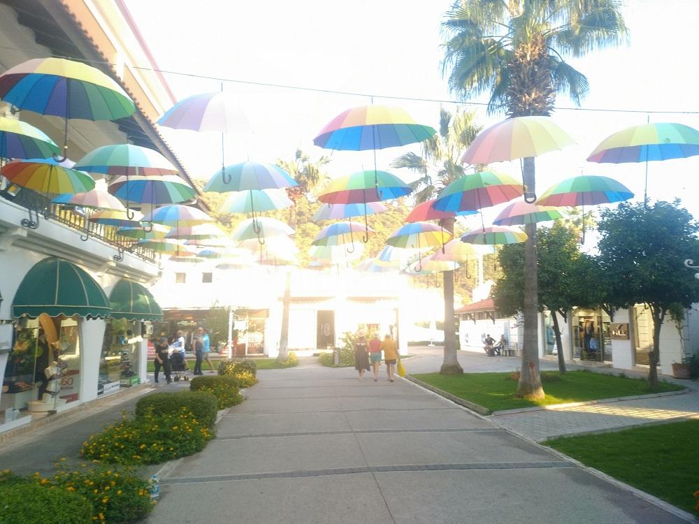 Аллея зонтиков в Мармарисе