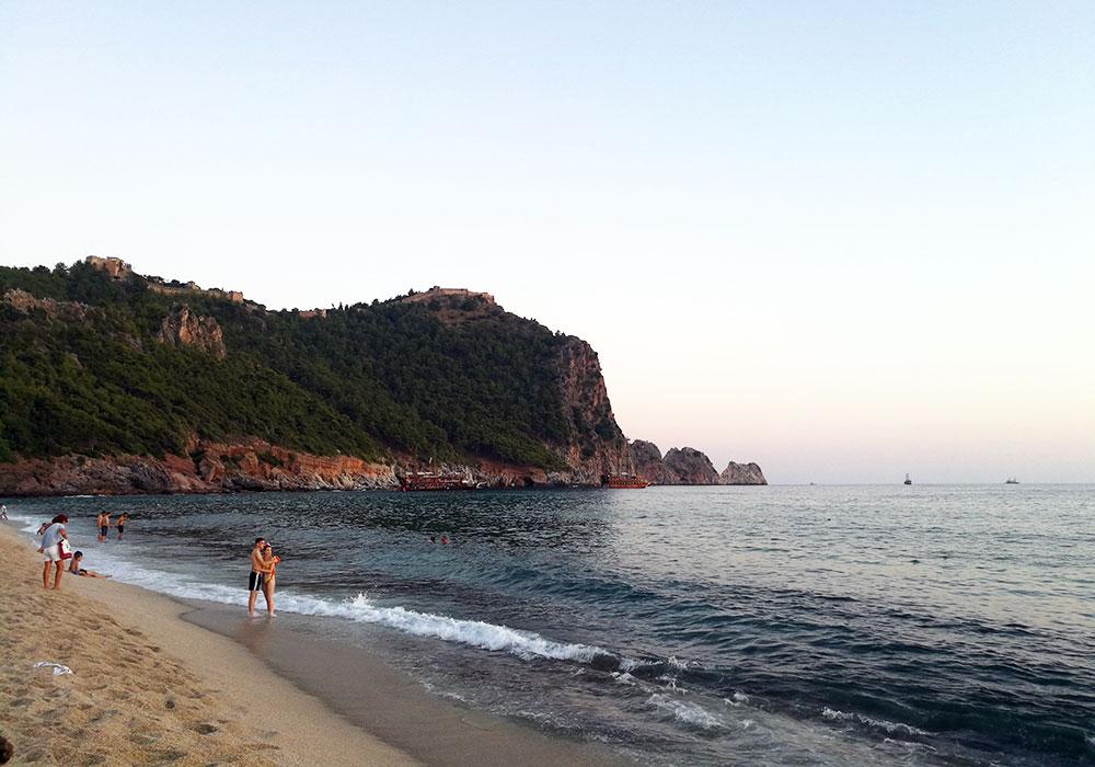 Вид на скалу и крепость с пляжа Клеопатра - Турция